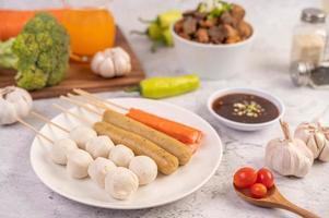 albóndigas de cerdo y brochetas con chorizo y verduras
