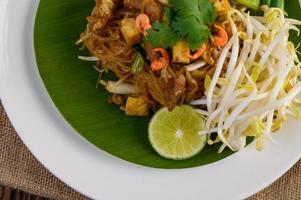 Pad thai plato en una hoja de plátano
