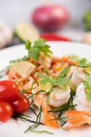 ensalada tailandesa picante con camarones