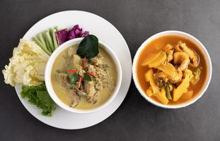 pollo al curry verde y pescado al curry cabeza de serpiente