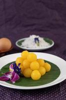 tanga yod, un postre tailandés en una hoja de plátano