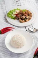 arroz cubierto con albahaca salteada con calamares y camarones