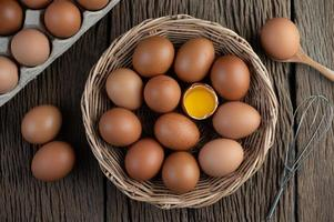 puso huevos en una canasta de madera