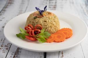 arroz de camarones con tomates y zanahorias