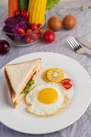 desayuno de huevo frito con huevo, ensalada, calabaza, pepino, zanahoria y maíz