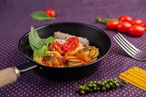 espaguetis especiados en una sartén foto