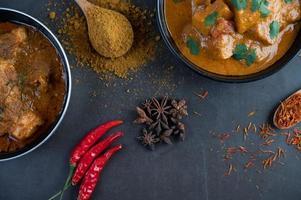 curry massaman con especias tradicionales