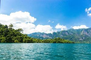 montañas y agua con cielo azul nublado