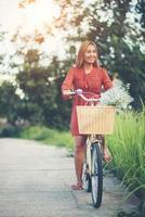 joven, mujer asiática, andar en bicicleta, en, un, parque foto