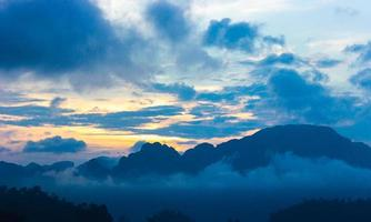 amanecer contra el cielo azul nublado foto