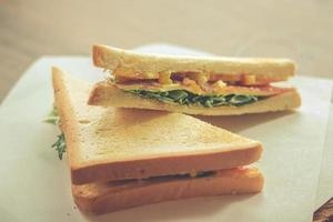 sándwich de tocino y verduras sobre tostadas