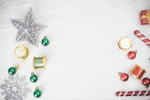 adornos navideños rojos y verdes