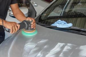 puliendo el coche