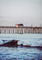 Muelle de madera marrón en el mar durante el día foto