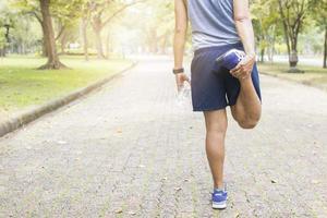 estirando cuádriceps antes de correr