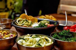 Plato de verduras verdes en cuenco de cerámica marrón foto