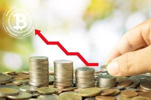 ahorrando monedas con el logo de bitcoin