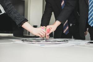 equipo de negocios usando un tablero de dardos foto