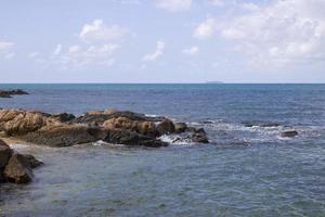 olas y rocas durante el día foto