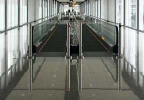 mover escaleras mecánicas en la oficina moderna