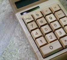 calculadora digital de bambú en madera