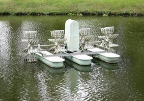 molino de agua en el lago del parque