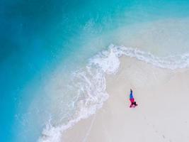 chica en un banco de arena en maldivas foto