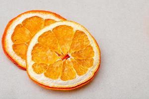 Vista superior de rodajas de naranja dispuestas sobre un fondo blanco. foto