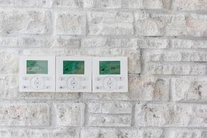 Pantalla de pared de automatización del hogar inteligente que muestra los consumos domésticos relacionados con la temperatura y la calefacción.