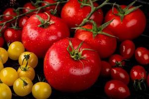 vista lateral de tomates amarillos y rojos