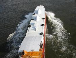 bangkok, tailandia, 2020 - el barco expreso chao phraya