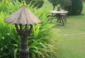 Tailandia, 2020 - Linternas de piedra en el jardín. foto