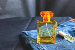 botella de perfume naranja en la mesa