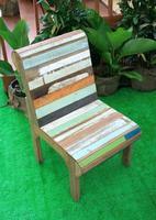 silla de madera rústica colorida foto