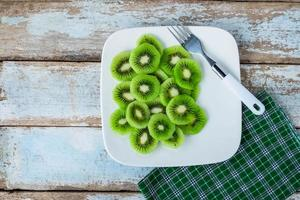 kiwi en plato