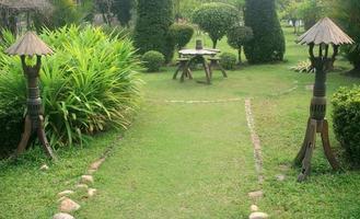 Tailandia, 2020 - mesa y sillas en el jardín. foto