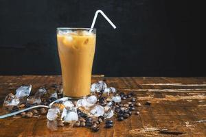 café helado en la mesa foto