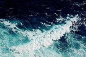 rompiendo olas espumosas
