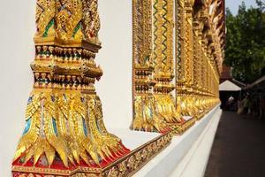 pilares del templo tailandés foto