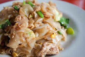 fideos tailandeses fritos en salsa de soja con cerdo