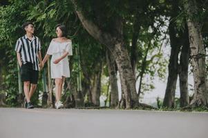 pareja tomados de la mano mientras camina foto
