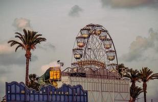 torrevieja, españa, 2020 - jaula de metal amarillo y azul foto