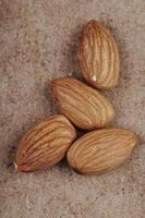 Nueces de almendra en textura de papel viejo foto