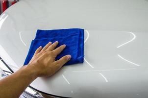 persona usando un paño de microfibra azul