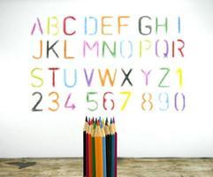 lápices de colores y un alfabeto foto