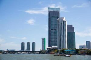 edificios a lo largo del río. foto