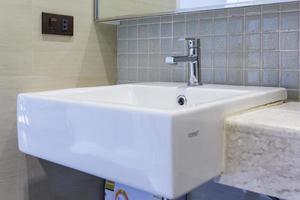primer plano del lavabo del baño