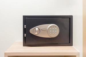 Caja de seguridad con cerradura electrónica escondida en el armario del hotel.