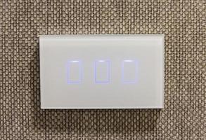 Cerca del interruptor de luz, moderno dispositivo de luz de interruptor en la pared foto