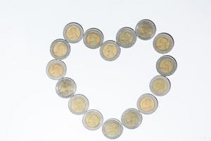 monedas sobre fondo blanco